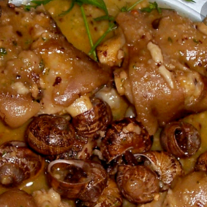 Pies de cerdo con caracoles